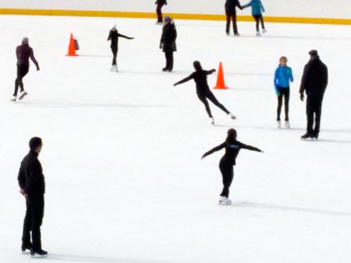 Clases de patinaje sobre hielo en el Wollman Rink (Trump Rink) en Central Park - Foto de Andrea Hoare Madrid para Newyorkando
