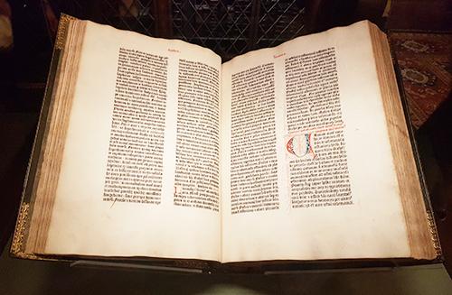 Biblia de Gutenberg original expuesta en la Biblioteca The Morgan en Manhattan - Foto de AHM