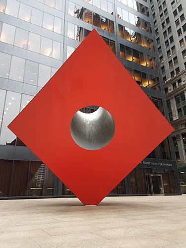 Red Cube de Noguchi en el Distrito Financiero (140 Broadway) - Foto de Andrea Hoare Madrid