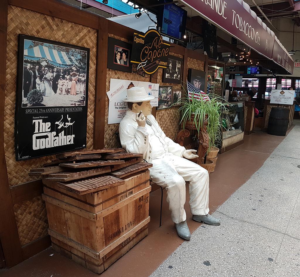 Maniquí de Al Capone de la Tienda de tabacos al interior del Mercado Arthurs Avenue del Barrio Belmont, uno de los Barrios de El Bronx que hay que visitar- La Pequeña Italia del Bronx - Foto de AHM
