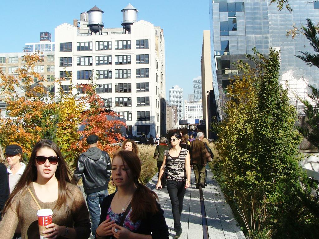 Gente caminando por el High Line Park en el Meatpacking District - Foto de AHM