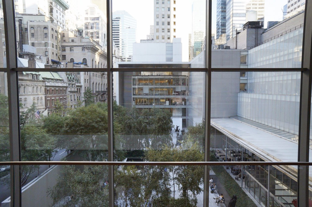Vista desde ventanal del Museo de Arte Moderno de Nueva York de jrmrt - Dominio Público vía Pixabay https://pixabay.com/es/photos/el-museo-de-arte-moderno-moma-nyc-1807140/