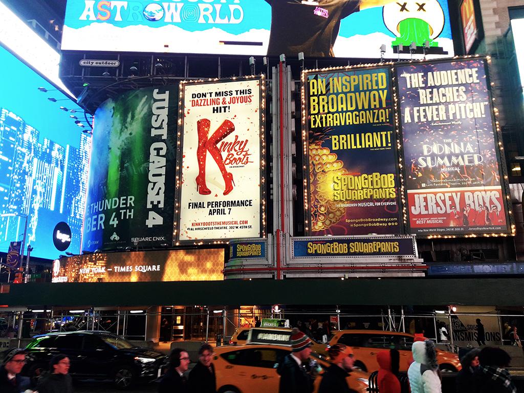 Letreros iluminados de musicales de Broadway en Times Square de noche - Foto de AHM