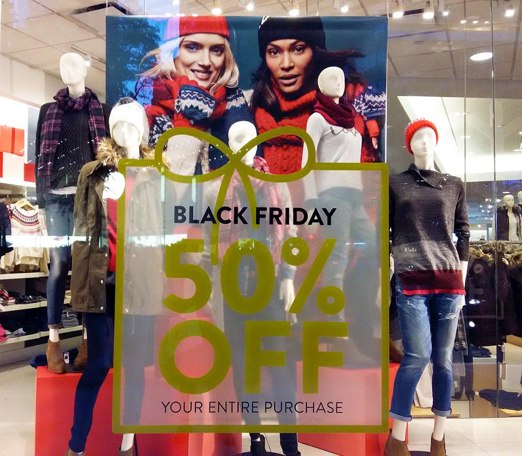 Anuncio del Black Friday en vitrina de GAP, una de las temporadas de liquidaciones en Nueva York más importantes (50% de descuento en toda la tienda) - Foto de AHM