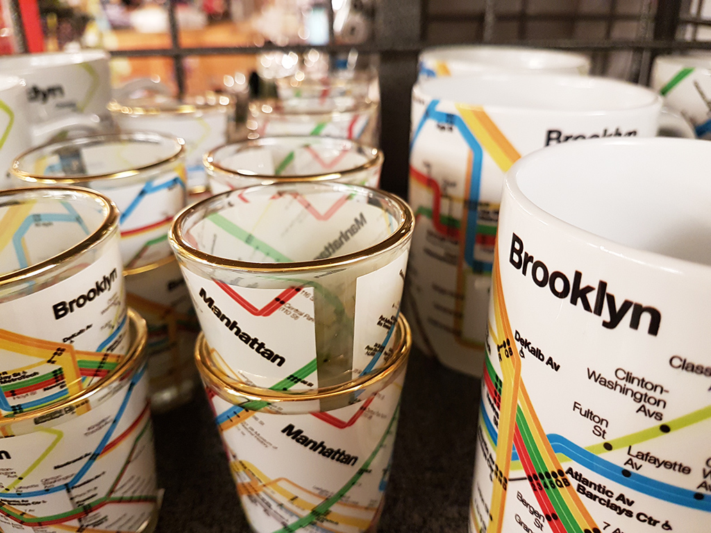 Souvenirs en el New York Transit Museum en Brooklyn (mugs y vasos con el mapa del metro de NY) - Foto de AHM
