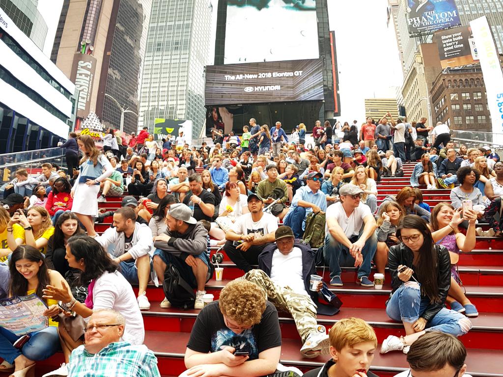 Gente en las escaleras rojas de Times Square - Foto de AHM