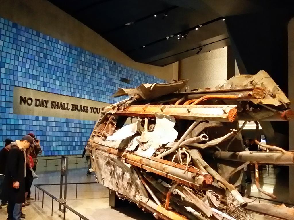 Turistas viendo los restos de una de las antenas de las Torres Gemelas expuestas en el Museo Memorial del 9/11 en World Trade Center, Manhattan. Foto de Andrea Hoare Madrid