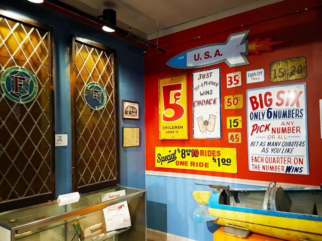 Exhibición de anuncios antiguos de los parques de diversiones de Coney Island - Foto de AHM
