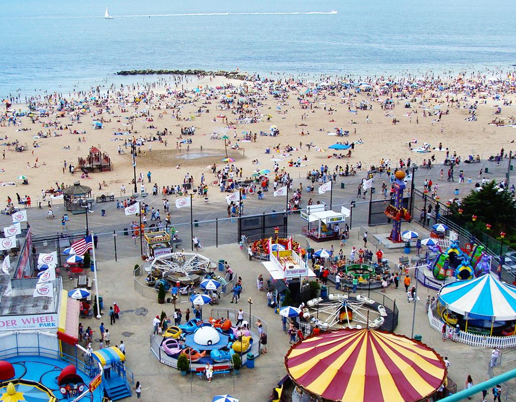 Playa de Coney Island en verano vista desde el Wonder Wheel en Luna Park - Foto de AHM - Durante agosto en Nueva York es plena temporada de playas.