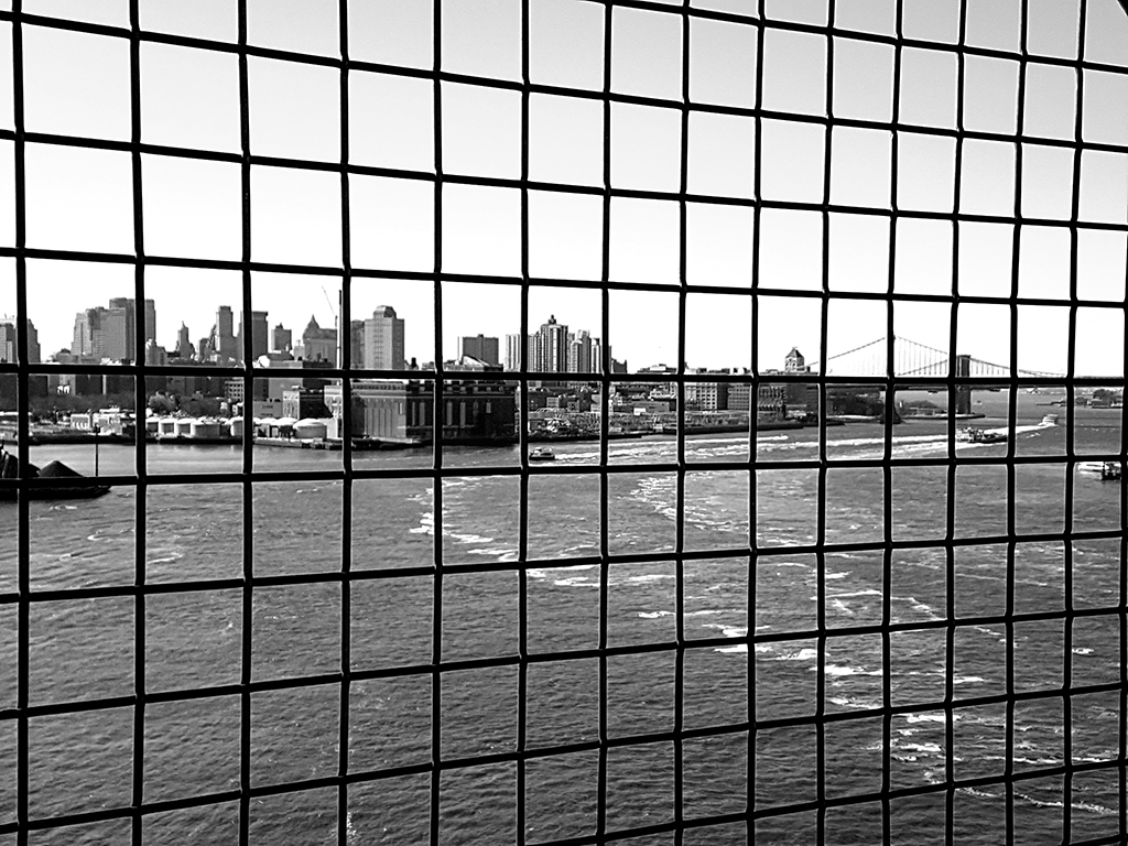 Puentes de Manhattan y Brooklyn vistos detrás de las rejas del cruce peatonal del Puente de Williamsburg - Foto de Andrea Hoare Madrid