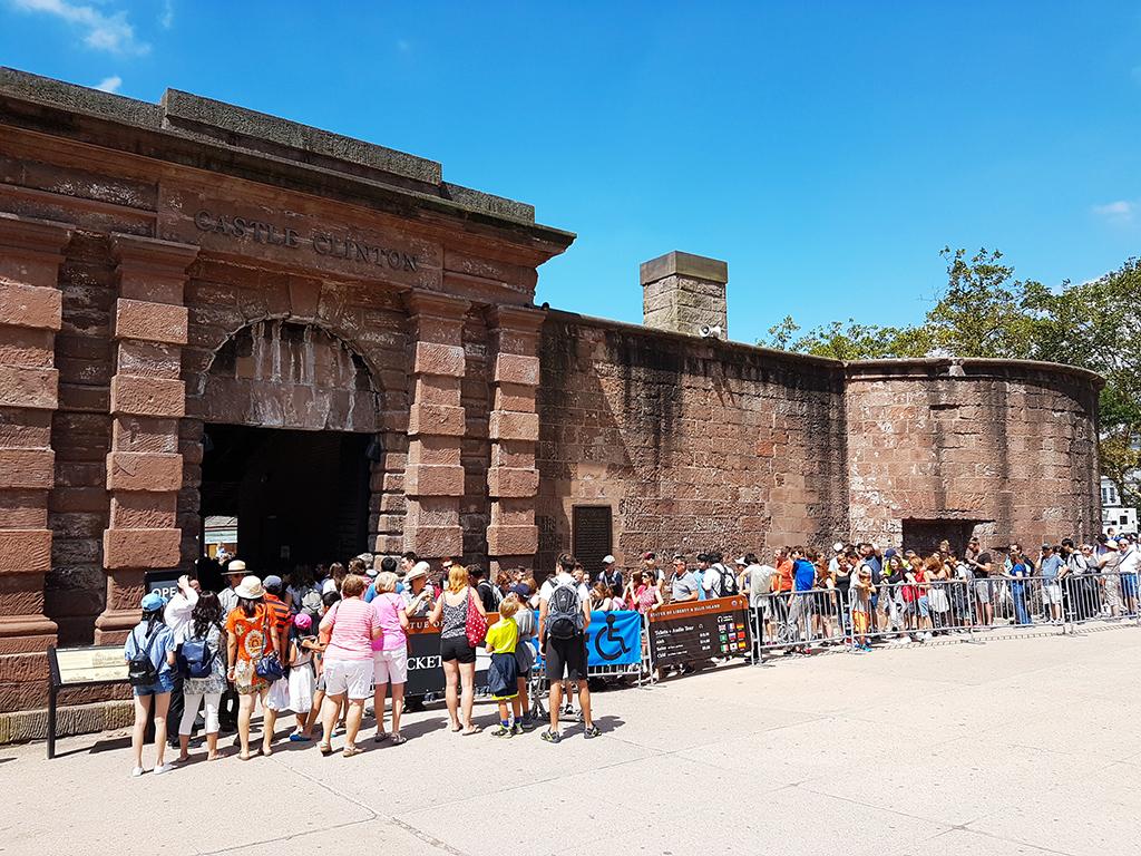 Turistas haciendo fila en la entrada de Castle Clinton para comprar entradas a la Estatua de la Libertad - Foto de AHM