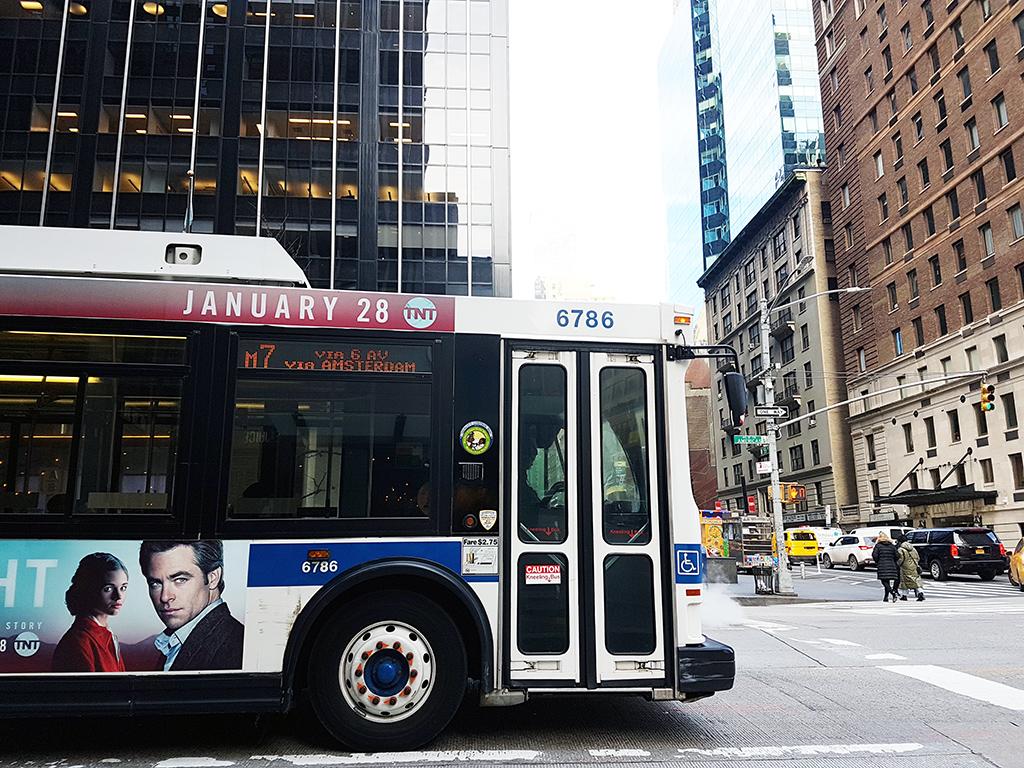 Bus transitando por calles de Manhattan - Foto de AHM - Guía para tomar los buses de Nueva York
