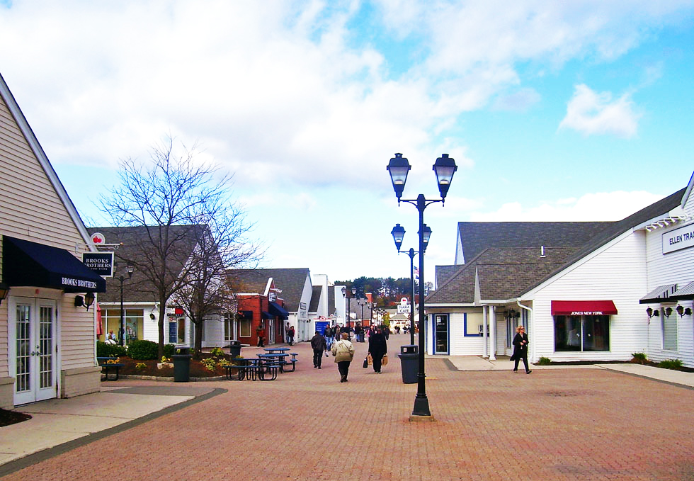 Woodbury Commons Premium Outlets - Foto de Daniel Case / CC BY-SA (https://creativecommons.org/licenses/by-sa/3.0/) - https://commons.wikimedia.org/wiki/File:Woodbury_Commons_promenade.jpg
