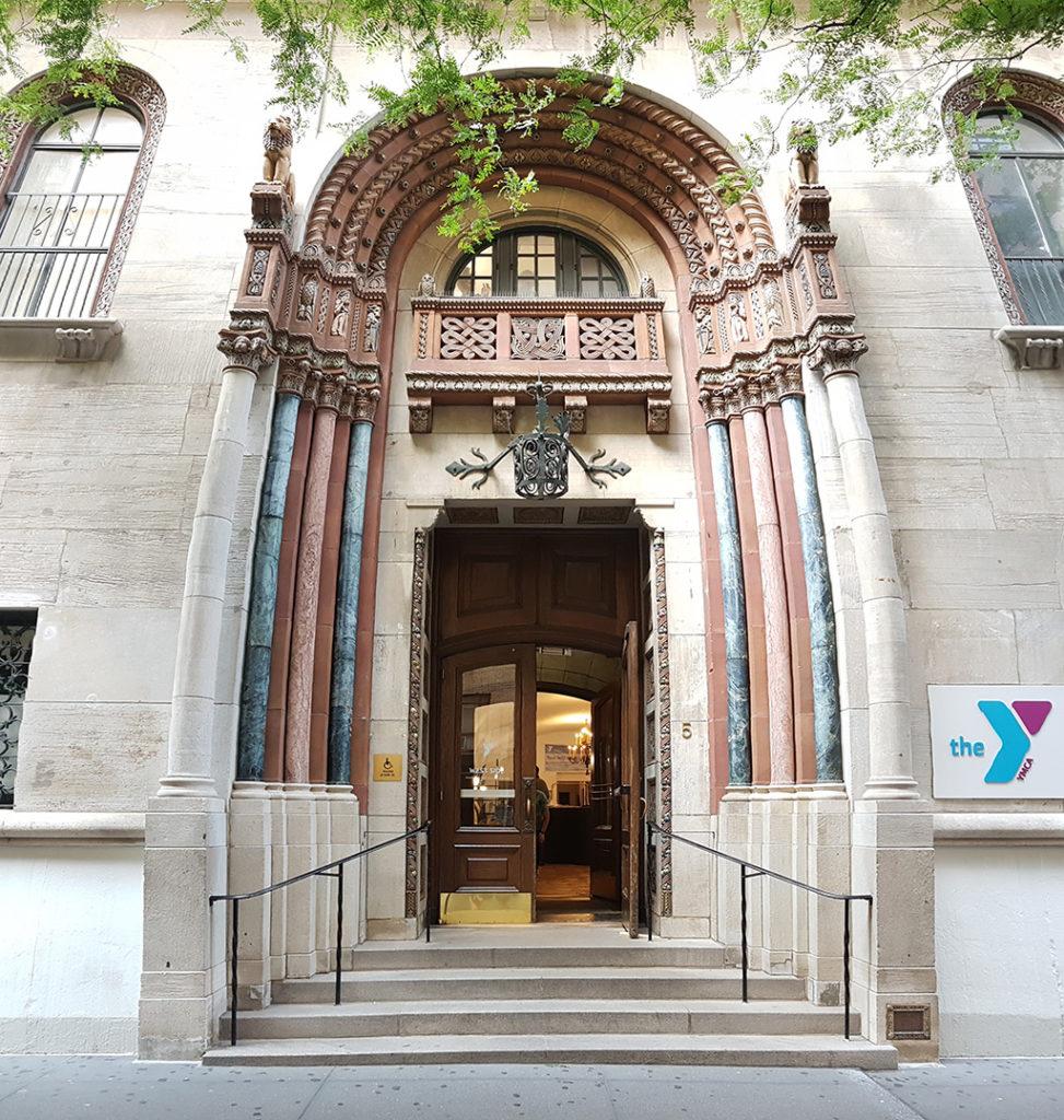 Entrada del Hotel West Side YMCA Manhattan Nueva York - Foto de AHM . Es uno de los mejores hostales céntricos y baratos de Nueva York
