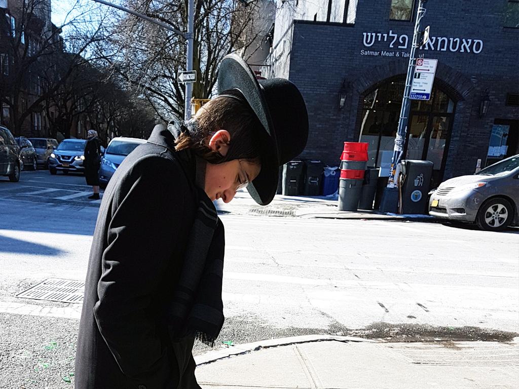 Joven judío jasídico caminando por Williamsburg, uno de los barrios que visitarán durante el Tour Contrastes de Nueva York - Foto de AHM