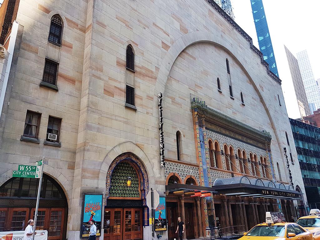 Fachada principal del New York City Center, uno de los teatros off-Broadway de Manhattan - Foto de AHM