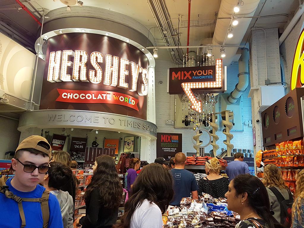 Turistas en el interior de la Tienda Hersheys en Times Square, Manhattan - Foto de AHM