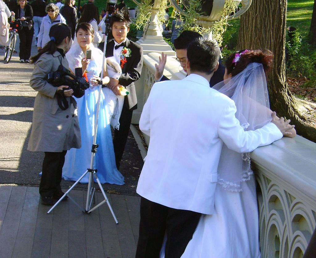 Recién casados realizando una sesión de fotos en el Bow Bridge de Central Park de Nueva York - Foto de AHM