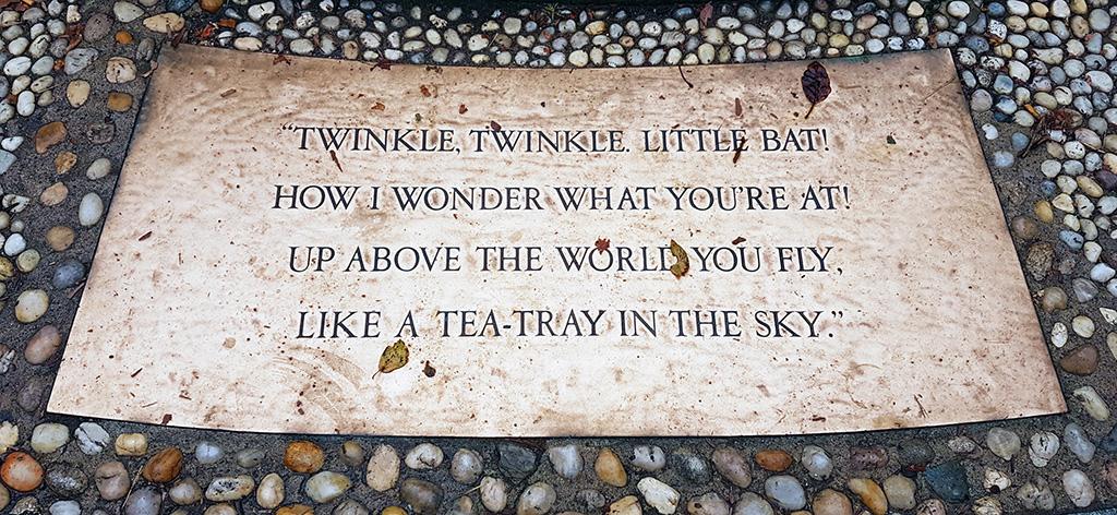 """Cita del libro """"Alicia en el País de las Maravillas"""" de Lewis Carrol. Twinkle, Twinkle, Little Bat!"""", poema recitado por el Sombrero Loco"""