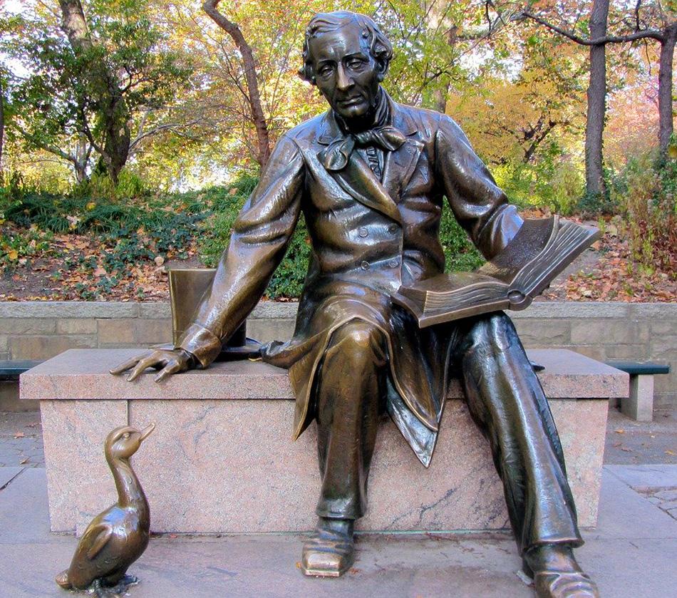 Fotografía de la Estatua de Hans Christian Andersen en Central Park de Ronile, Dominio Público vía Pixabay disponible en https://pixabay.com/es/photos/hans-christian-andersen-escultura-271451/