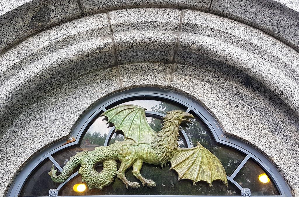 Decoración de un grifo o dragón sobre una puerta del Castillo Belvedere en Central Park - Foto de Andrea Hoare Madrid