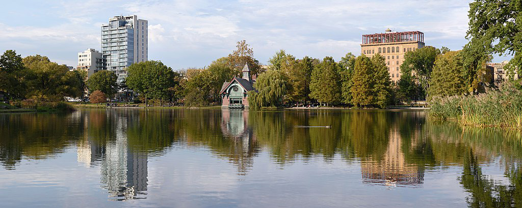 Foto panorámica del Harlem Meer en Central Park de King of Hearts / CC BY-SA (https://creativecommons.org/licenses/by-sa/4.0) vía Wikimedia disponible en https://commons.wikimedia.org/wiki/File:Central_Park_New_York_October_2016_panorama_1.jpg