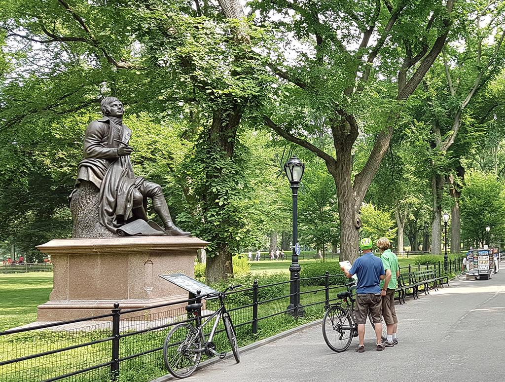Turistas recorriendo Central Park en Bicicleta - Paseo de los Literatos - Foto de AHM