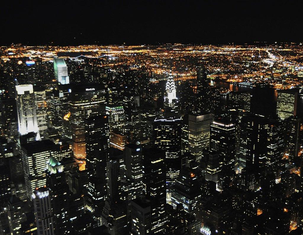 Vista nocturna de Manhattan desde el mirador del Empire State. Foto de ed2456 de Dominio Público vía Pixabay disponible en https://pixabay.com/es/photos/nuevo-york-manhattan-horizonte-165736/