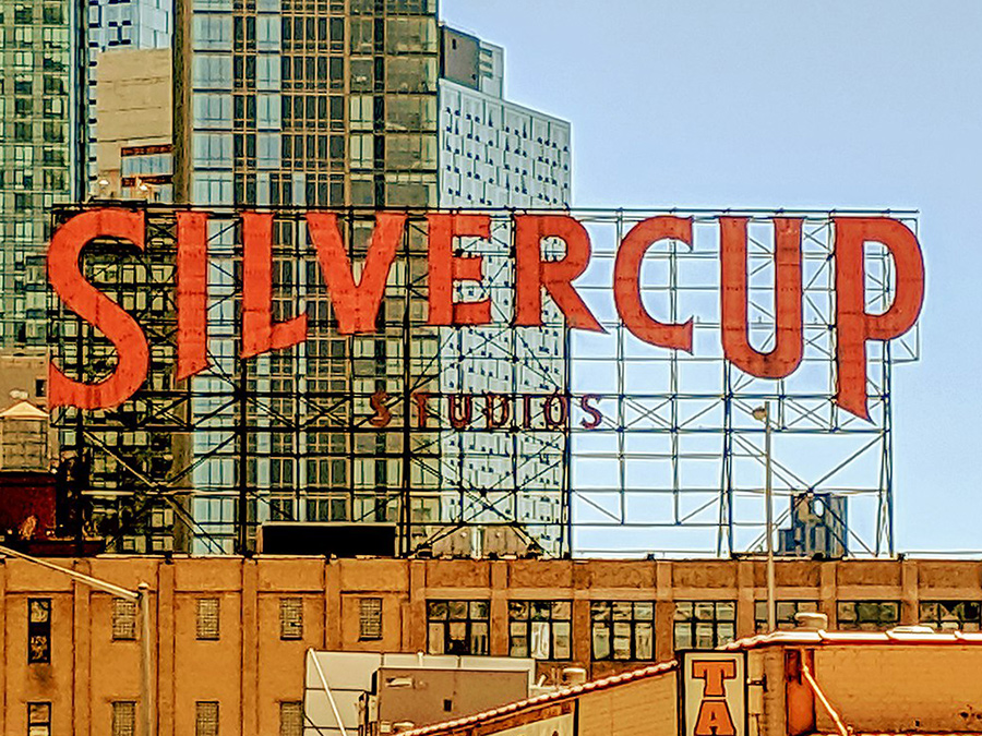 Foto del letrero de Silvercup Studios de CaptJayRuffins / CC BY-SA (https://creativecommons.org/licenses/by-sa/4.0), vía Wikimedia disponible en https://commons.wikimedia.org/wiki/File:Silvercup_sign_20190519_130130.jpg