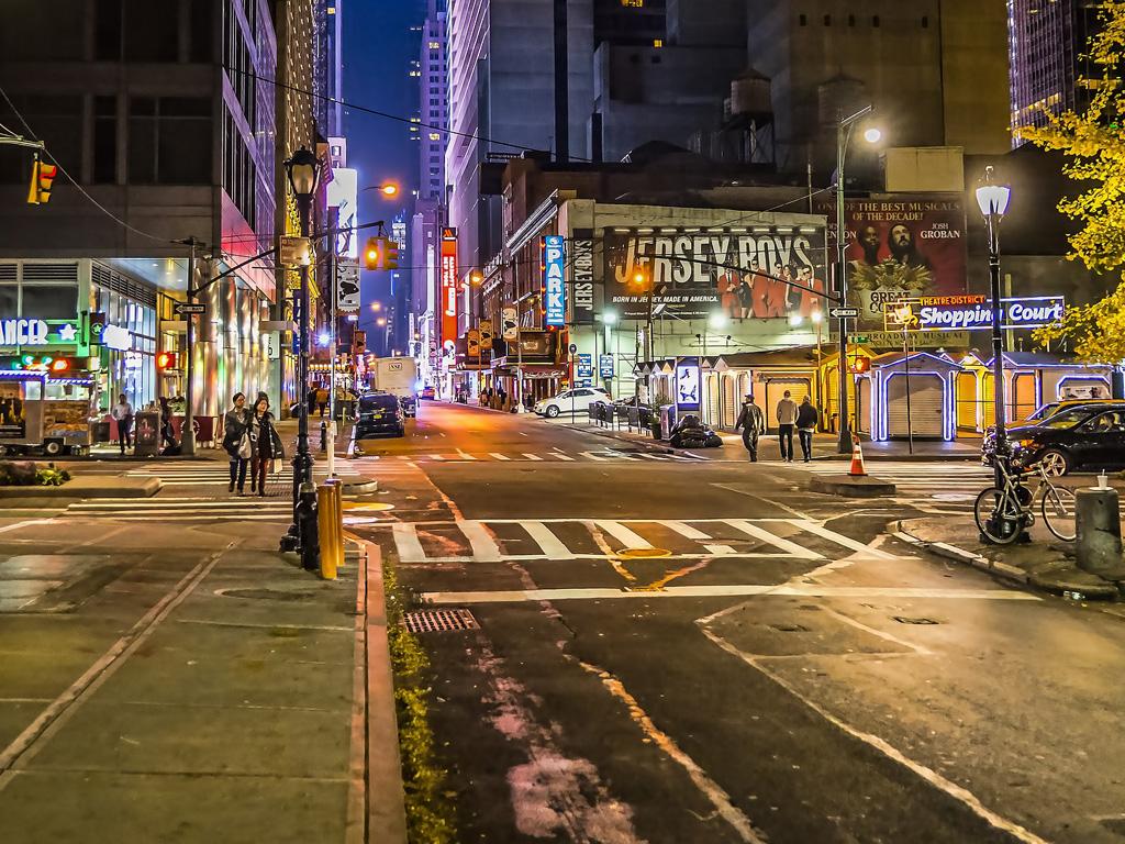 Calle de Hells Kitchen,  barrio de Midtown West Manhattan - Foto de BruceEmmerling con licencia de Dominio Público, vía Pixabay disponible en https://pixabay.com/es/photos/calle-ciudad-por-carretera-3346025/