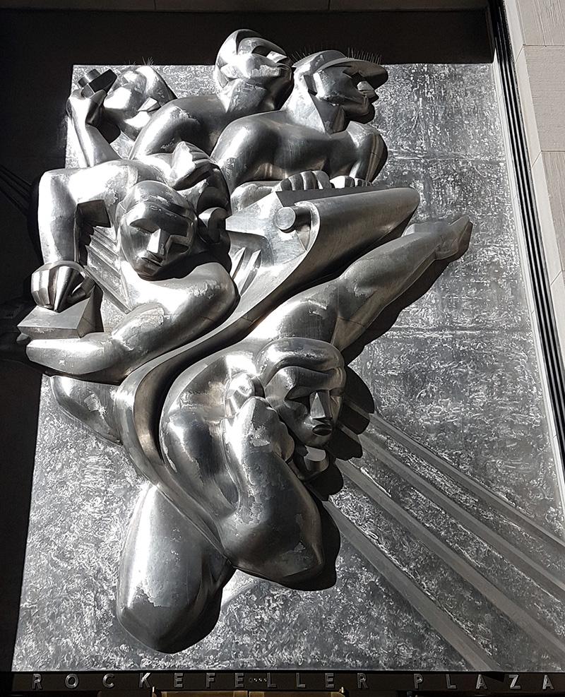 Escultura News de Isamu Noguchi sobre la entrada del edificio 50 Rockefeller Plaza - Foto de AHM
