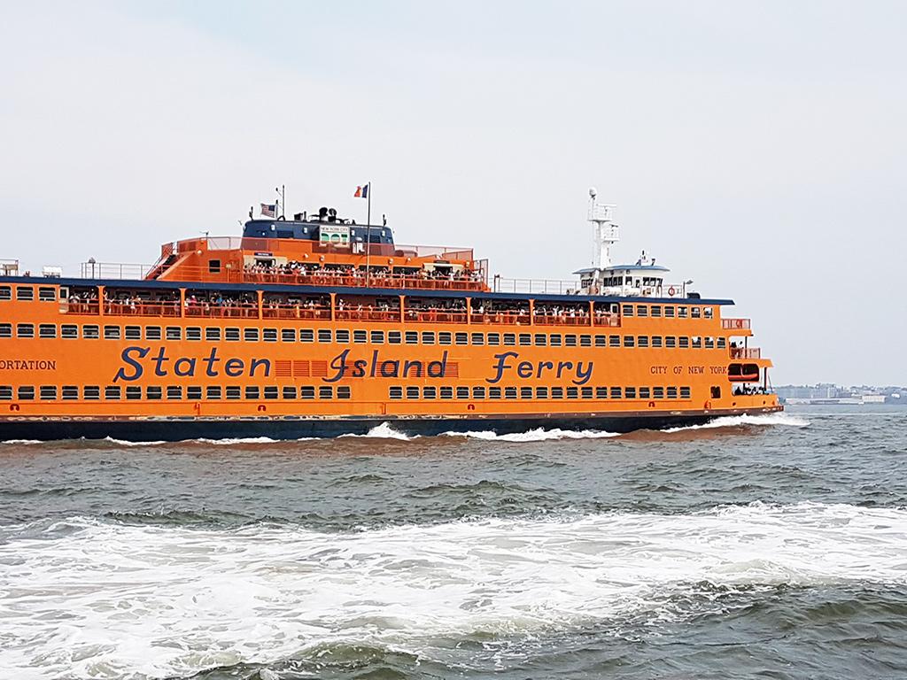 Ferry naranja navegando a Staten Island - Foto de AHM