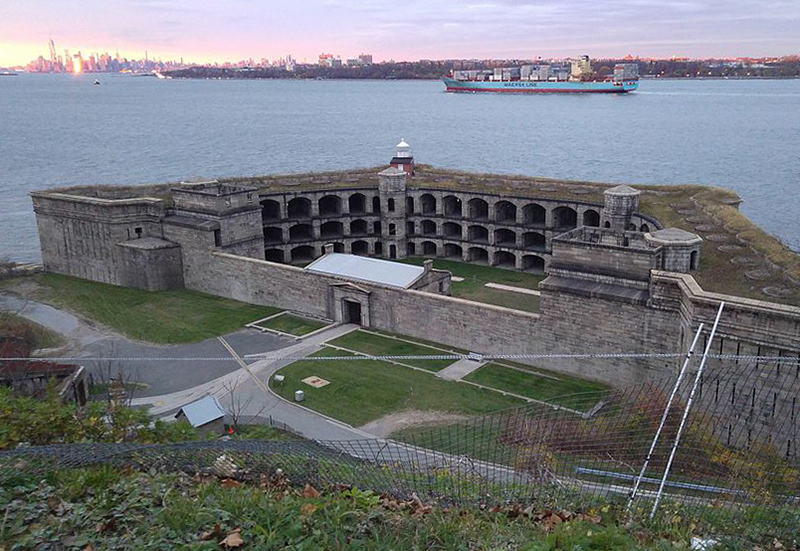Fort Wadsworth lighthouse, Staten Island. Imagen de Parulmah / CC BY-SA (https://creativecommons.org/licenses/by-sa/4.0), vía Wikimedia disponible en https://commons.wikimedia.org/wiki/File:Fort_Wadsworth_Light.jpg