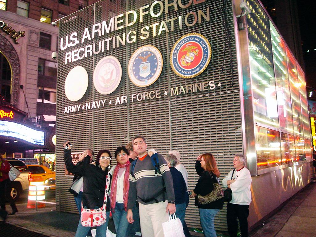 Familia Hoare frente al US Armed Force Recruiting Station en Times Square - Foto de Marvic Melicio