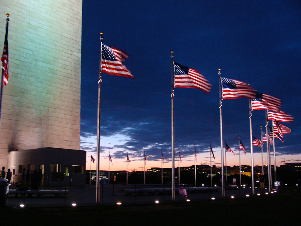 Banderas alrededor del obelisco monumento a Washington al atardecer - Foto de Andrea Hoare Madrid