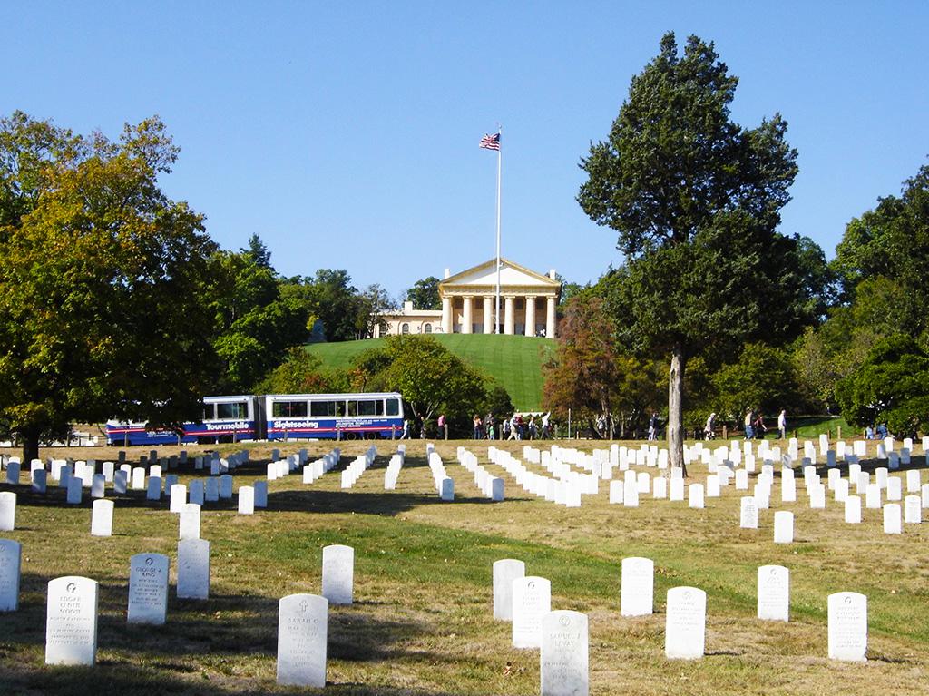 Filas de lápidas de soldados fallecidos en batallas en el Cementerio de Arlington - Estados Unidos. Foto de AHM