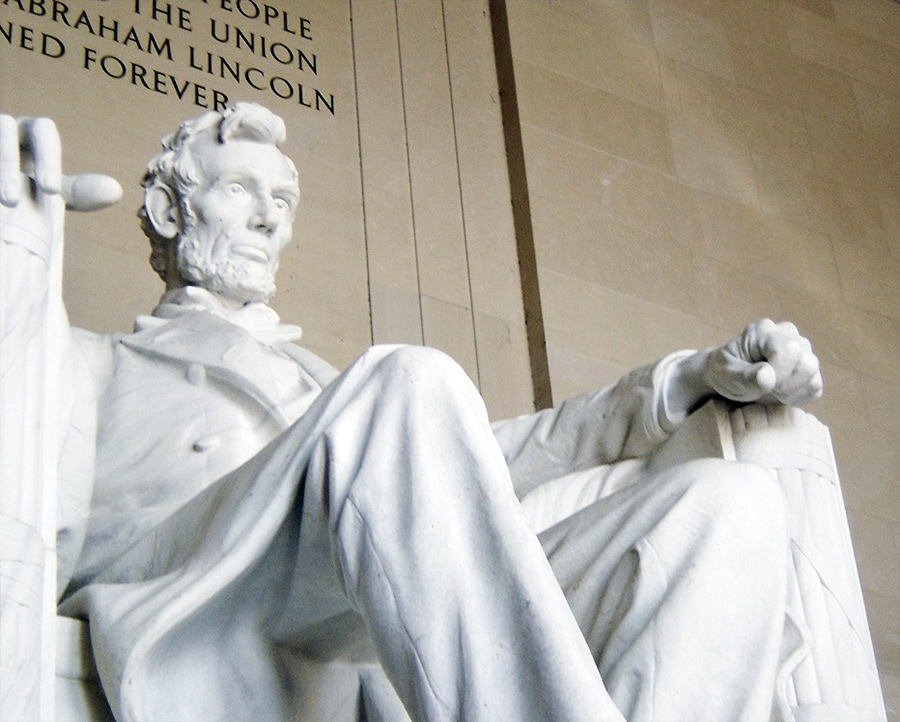 Estatua de Abraham Lincoln dentro del Lincoln Memorial en el National Mall de Washington DC - Foto de AHM