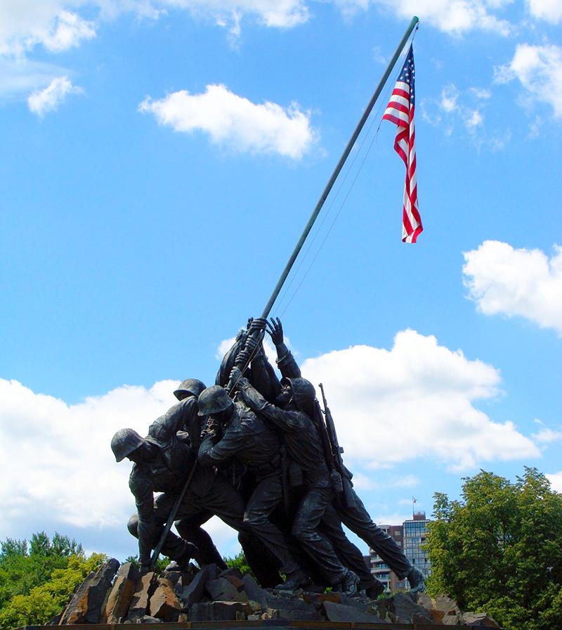 Estatua de monumento a Iwo Jima en Washington (4 marines y un médico de la armada clavando la bandera de Estados Unidos en el Monte Suribachi) - Foto de AHM