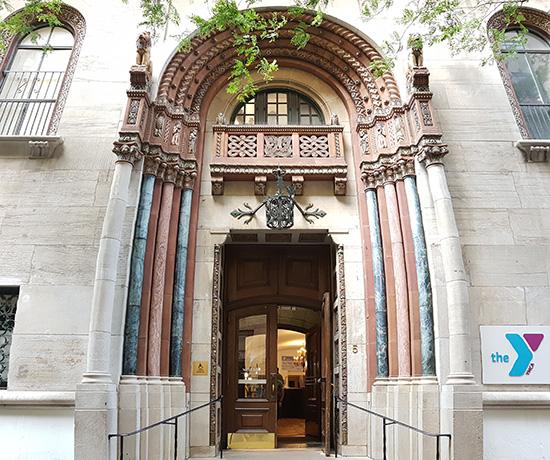 Entrada del West Side YMCA en un edificio gótico del Upper West Side - Foto de AHM