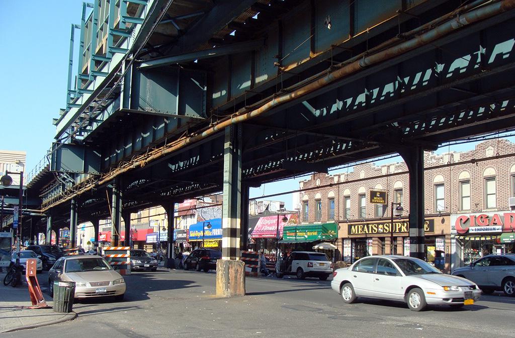 Calle y línea de metro elevada en Bensonhurst, Brooklyn. Foto de AHM