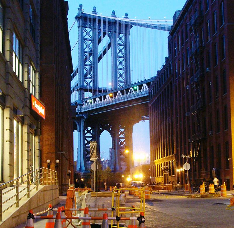 Puente de Brooklyn visto desde calle de DUMBO al atardecer - Foto de Andrea Hoare Madrid