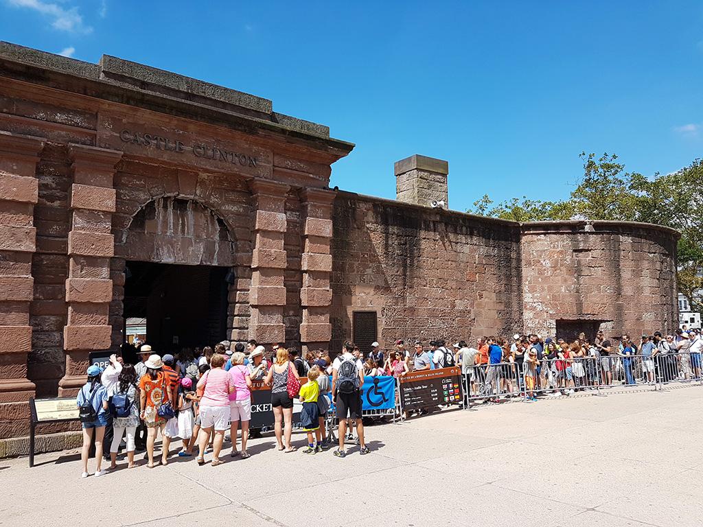 Turistas haciendo fila en el Castillo Clinton para comprar entradas para visitar la Estatua de la Libertad - Foto de Andrea Hoare Madrid