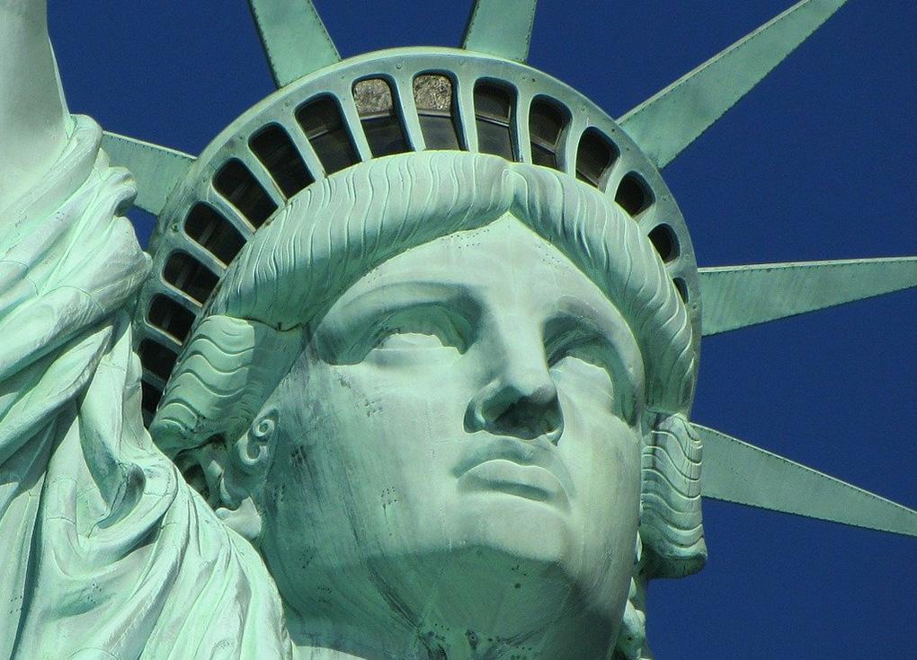 Detalle del mirador de la corona de la Estatua de la Libertad. Foto de Ronile en Pixabay - image de Dominio Público disponible en https://pixabay.com/es/photos/estatua-de-la-libertad-nueva-york-ny-267948/