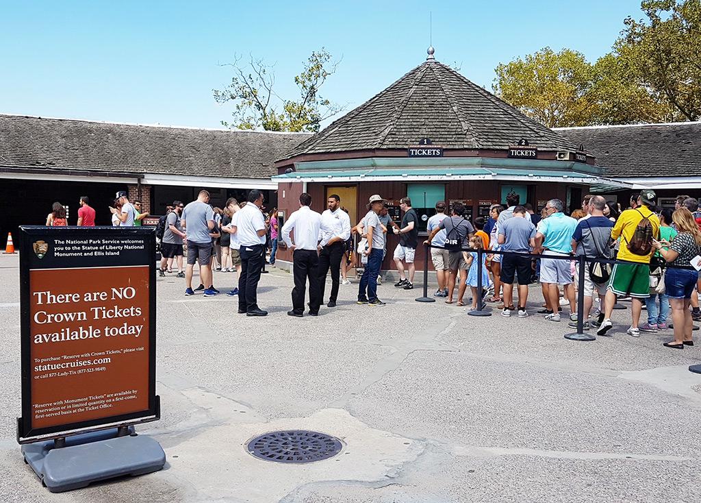"""Letrero """"no hay tickets disponibles para la Corona hoy"""" en las taquillas de Castle Clinton - Foto de Andrea Hoare Madrid"""