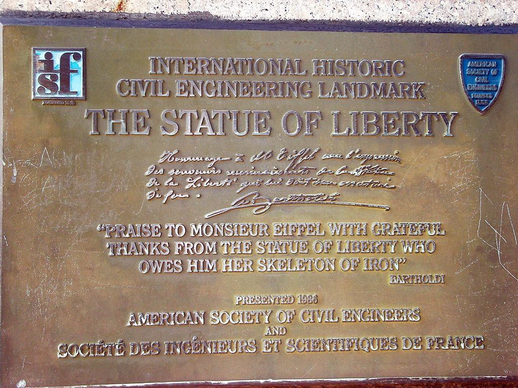 Placa conmemorativa de la Sociedad Americana de Ingenieros Civiles  Gustave Eiffel a quien se debe la estructura de acero de la Estatua de a Libertad - Foto de Jorge Hoare Madrid