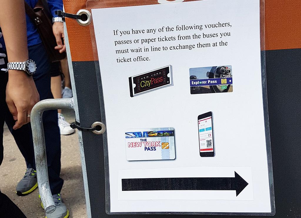 """Letrero """"Si tiene una tarjeta turística debe hacer la fila para canjear su entrada en la taquilla"""". Fila para las entradas con tarjetas de descuento en Castle Clinton, Battery Park - Foto de AHM"""