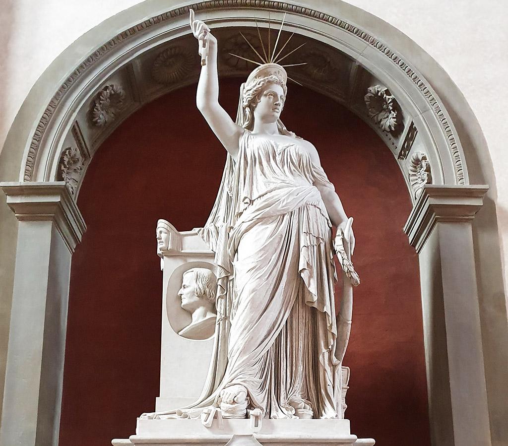 Estatua Libertad de la Poesía (monumento fúnebre de Giovanni Battista Niccolini en la Basílica de Santa Croce), precursora de la Estatua de la Libertad guiando al Pueblo de Nueva York. Foto de Andrea Hoare Madrid