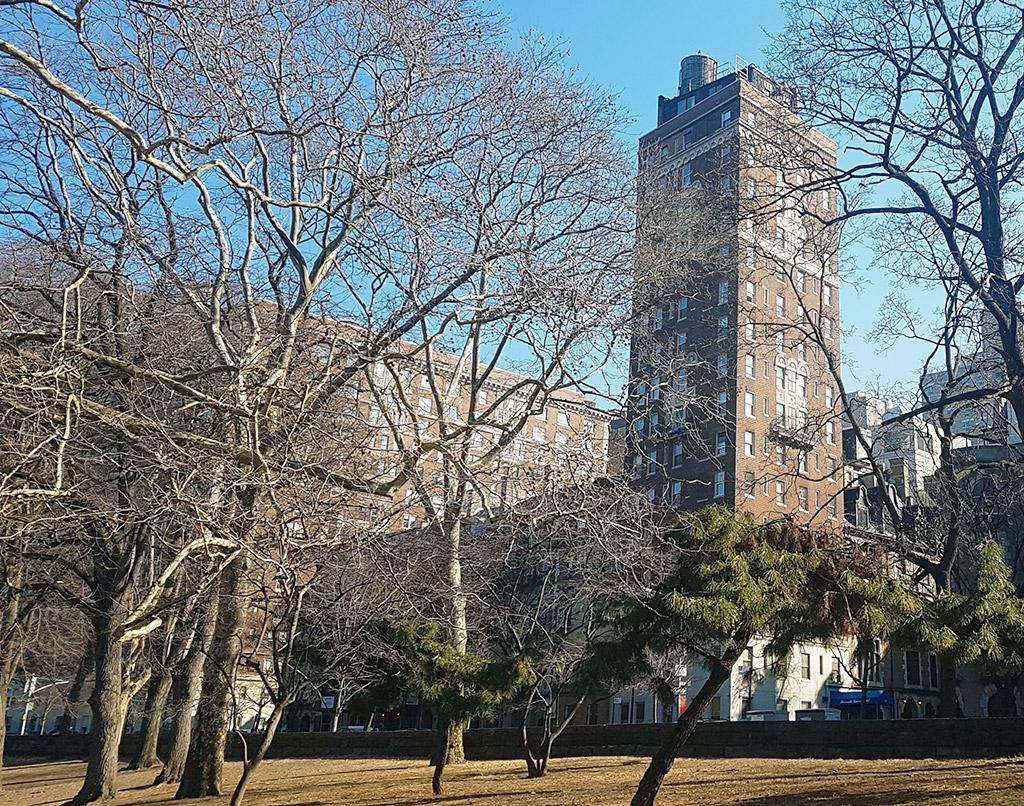 Edificio del Riverside Tower Hotel visto desde Hudson River Park - Foto de AHM