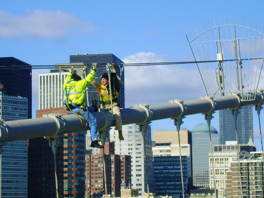 Obreros haciendo mantenimiento al Puente de Brooklyn - Foto de AHM