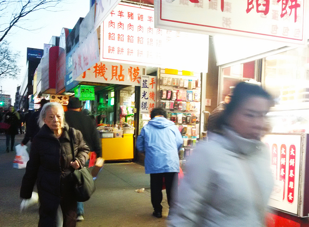 Gente asiática caminado por Flushing, the real Chinatown en Queens - Foto de Andrea Hoare Madrid